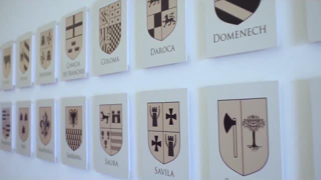 vídeos de stock, filmes e b-roll de parede com emblema das famílias europeias ou cidades e países. estoque. closeup windows e detalhes do brasão de armas das famílias europeias - insígnia