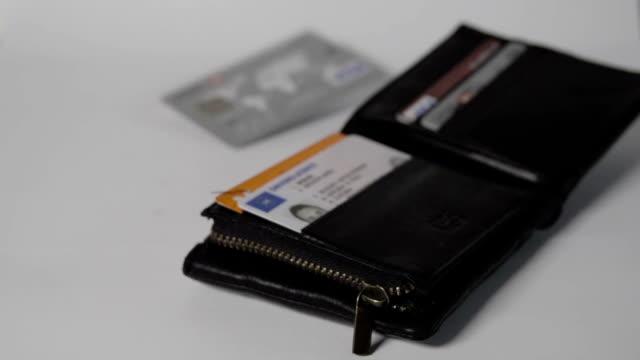 vídeos y material grabado en eventos de stock de cartera caer en cámara lenta sobre blanco - tarjetas de crédito