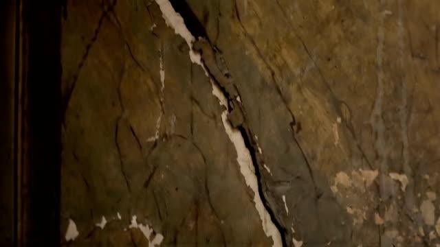 vídeos de stock, filmes e b-roll de paredes do velho abandonaram edifício rachado e pintura descascada, deterioração contínua - wall texture