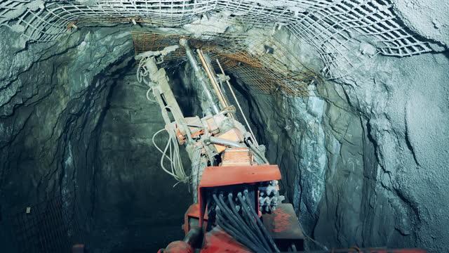 stockvideo's en b-roll-footage met muren van de ondergrondse mijn worden geboord door een boring. ondergrondse ontwikkeling, ondergrondse winning, ondergrondse mijnbouw. - geologie