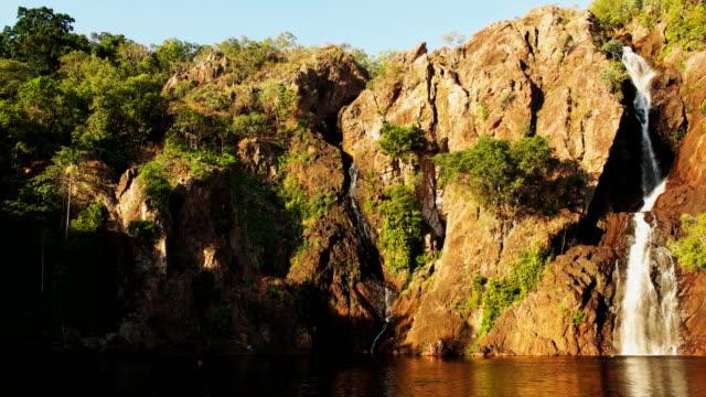 vídeos de stock e filmes b-roll de wangi waterfalls litchfield national park pan - cisterna água parada