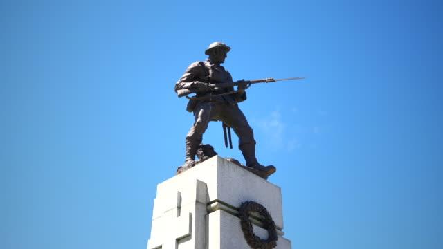 vidéos et rushes de statue de soldat guerre, monument sculpture bronze sur socle de granite, mémorial de l'armée - première guerre mondiale