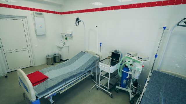stockvideo's en b-roll-footage met een afdeling met machines tijdens covid-19 pandemie. - ventilator bed