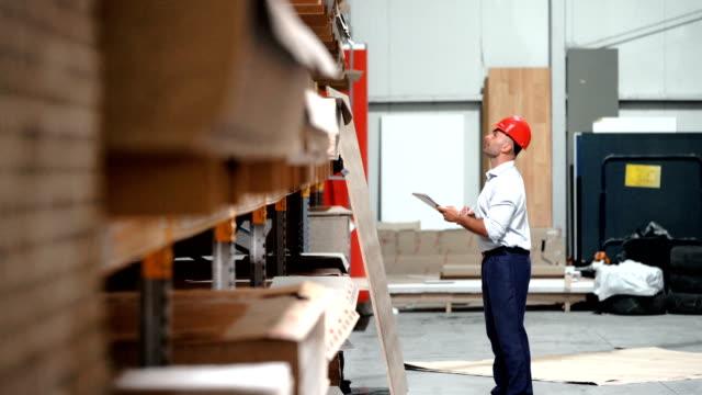 vídeos de stock e filmes b-roll de warehouse inspection. - material de construção