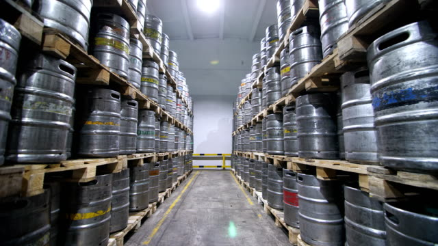 vídeos de stock e filmes b-roll de warehouse keg at the brewery. - barrica