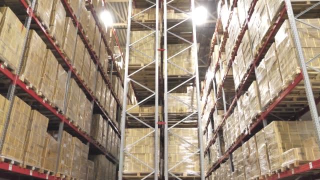 ambar büyük lojistik ticaret yapısı ile raf kutuları - kesit stok videoları ve detay görüntü çekimi