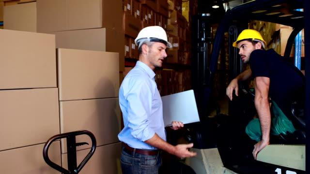 stockvideo's en b-roll-footage met warehouse manager working with foreman in forklift - overhemd en stropdas