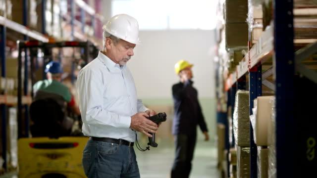 vídeos y material grabado en eventos de stock de supervisor de almacén con lector de código de barras - gerente de cuentas