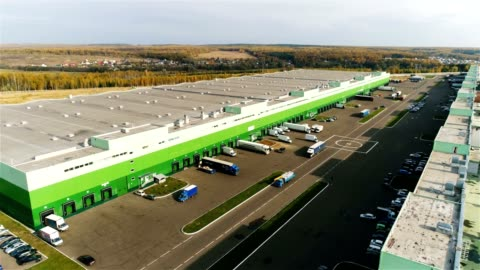 vídeos y material grabado en eventos de stock de almacén con rampas de carga y enormes camiones con vista aérea - corte transversal