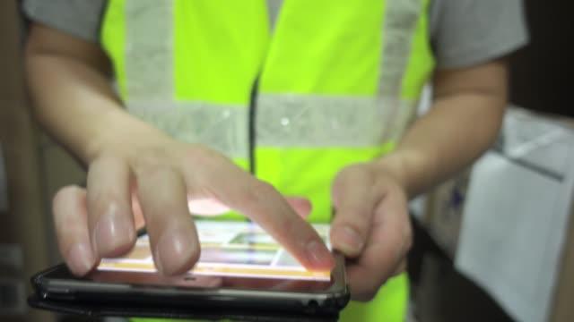 stockvideo's en b-roll-footage met magazijnmedewerker controleren voorraad producten - warehouse worker