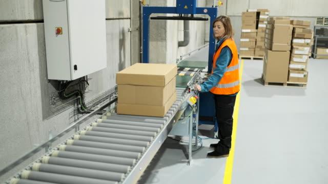 stockvideo's en b-roll-footage met magazijnmedewerker op de transportband. - warehouse worker