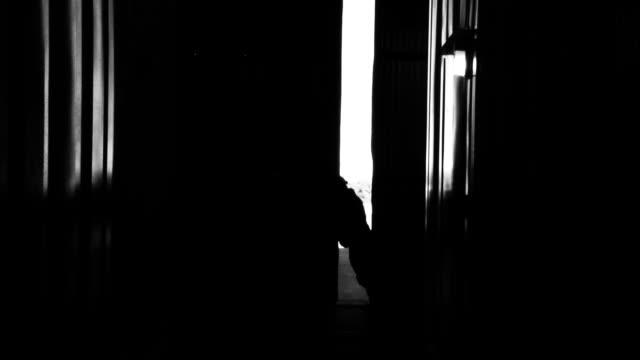 vídeos de stock, filmes e b-roll de armazém trabalhador abertura porta de metal. tom noir. - abrindo