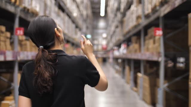 stockvideo's en b-roll-footage met magazijnmedewerker - warehouse worker