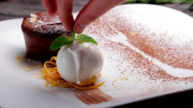 vidéos et rushes de au chocolat chaud fondant avec de la glace. - dessert