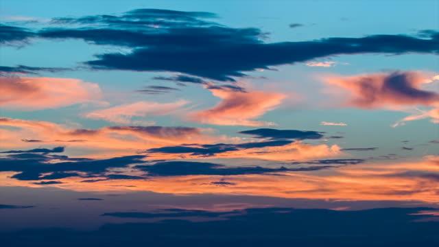 vídeos de stock, filmes e b-roll de cirrus quentes e frias nuvens em um céu azul - cirro