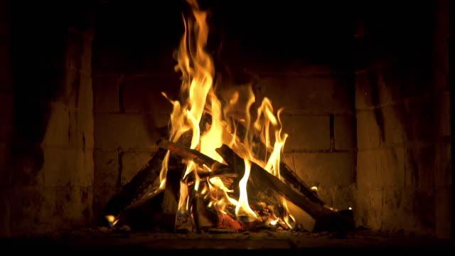 caldo camino accogliente con vera combustione del legno in esso. concetto invernale accogliente. rallentatore. - camino video stock e b–roll