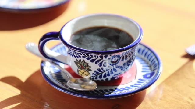 vídeos de stock, filmes e b-roll de xícara quente de café com fumaça de perto - rústico