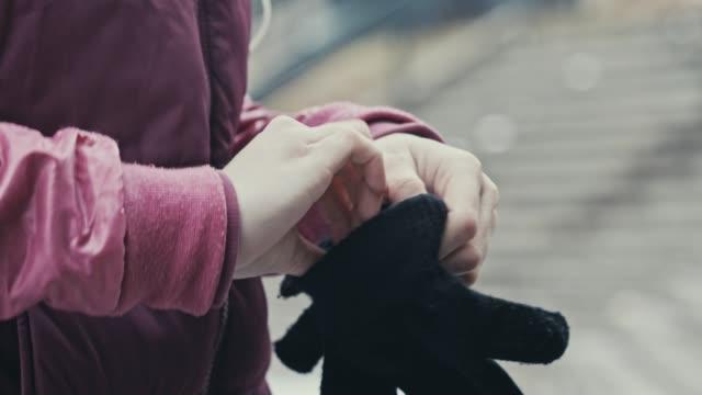 warm gloves for cold hands - rękawiczka filmów i materiałów b-roll