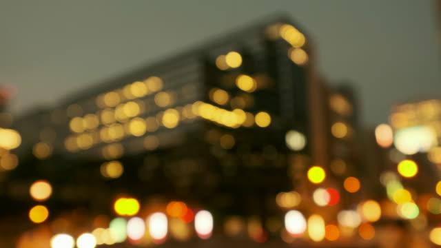 交通や通行人と都市夜景の 4 K 暖かいトーン デフォーカス ビデオ ビデオ