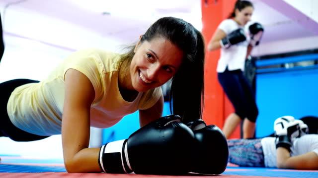 vídeos de stock e filmes b-roll de warm up exercises for start of the training - boxe tailandês