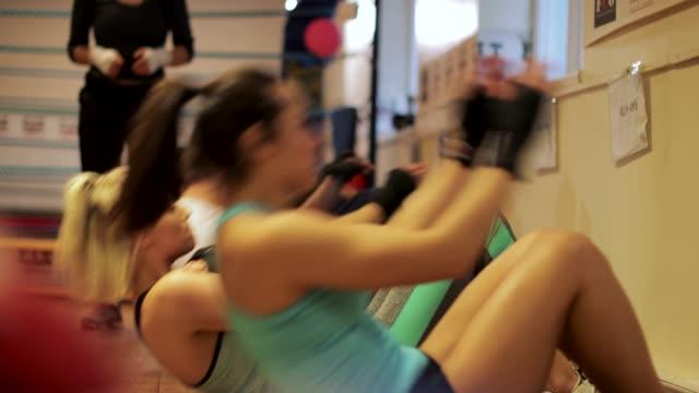 warm up sit-ups with group - prendersi cura del corpo video stock e b–roll