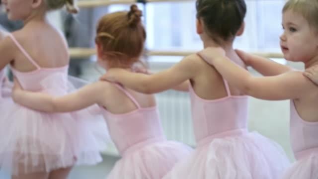 ダンス クラスのウォーミング アップ - チュール生地点の映像素材/bロール