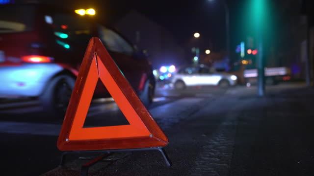 vídeos y material grabado en eventos de stock de triángulo de warning de ms en la escena del accidente - grúa