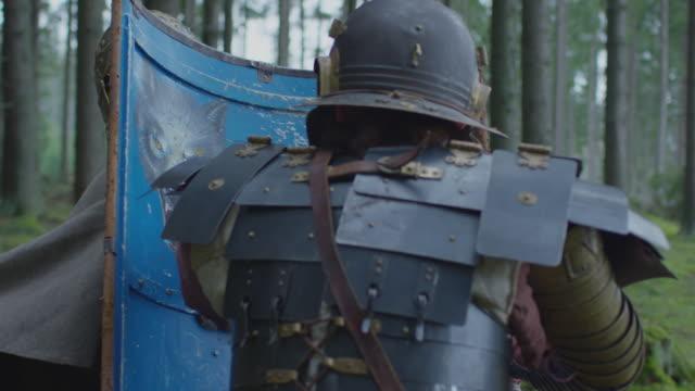 guerrieri che combattono - stile classico romano video stock e b–roll
