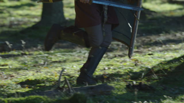 warrior ' s ben körs i skogen - romersk bildbanksvideor och videomaterial från bakom kulisserna