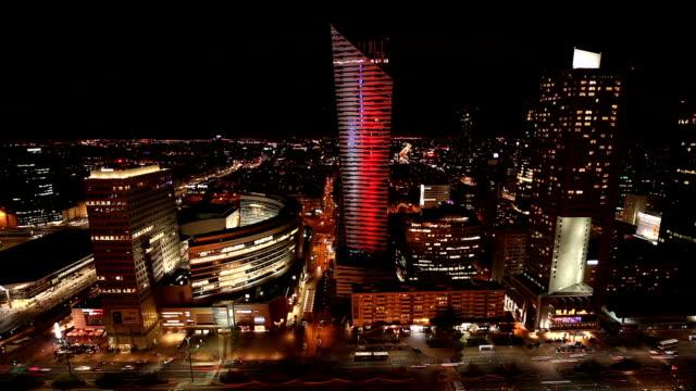 夜のワルシャワビジネス地区、タイムラプス ビデオ