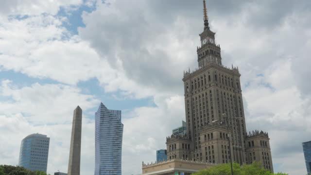 warschau, polen, kultur wissenschaft palast, die stalin-gebäude - polnische kultur stock-videos und b-roll-filmmaterial