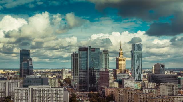 warschau skyline stadt zeitraffer mit wolke dynamic - warschau stock-videos und b-roll-filmmaterial