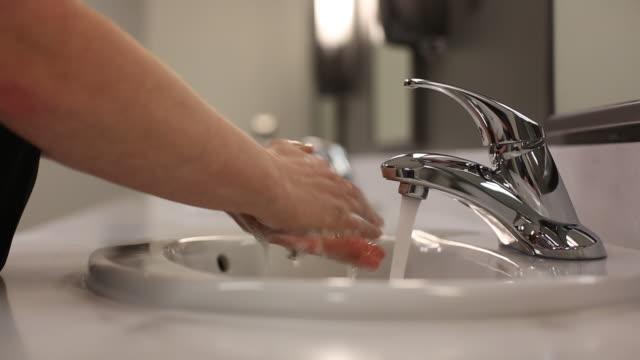 tvätta händerna på diskbänken - washing hands bildbanksvideor och videomaterial från bakom kulisserna