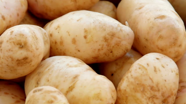 patate in un colapasta lavato - patate video stock e b–roll