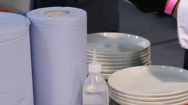 vidéos et rushes de laver la vaisselle dans le restaurant. - vaisselle picto