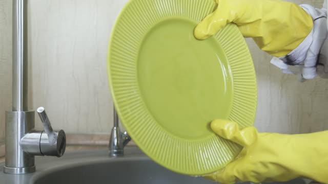 washing dishes. - wschodnio europejski filmów i materiałów b-roll