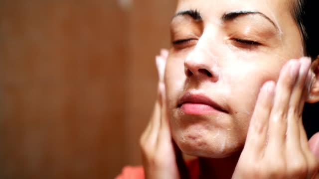 waschen sie gesicht am morgen - kosmetische behandlung stock-videos und b-roll-filmmaterial