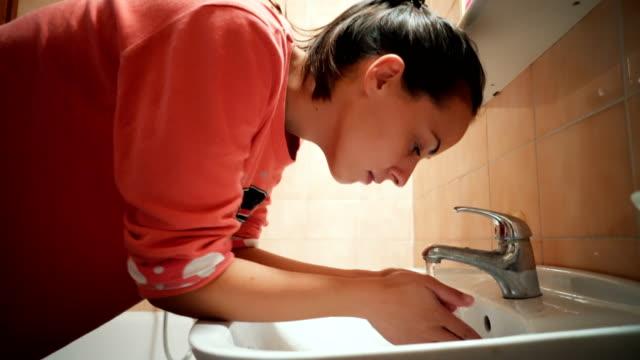 Waschen Sie Gesicht am Morgen – Video