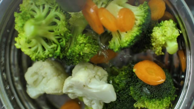 Washing fresh vegetables - vídeo