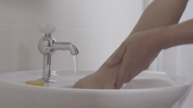 洗濯手パート 1 - 洗う点の映像素材/bロール