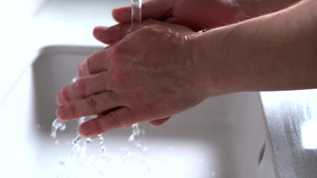 washing hands     he - washing hands bildbanksvideor och videomaterial från bakom kulisserna