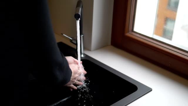 vídeos de stock, filmes e b-roll de lavar as mãos em câmera lenta 180fps - higiene