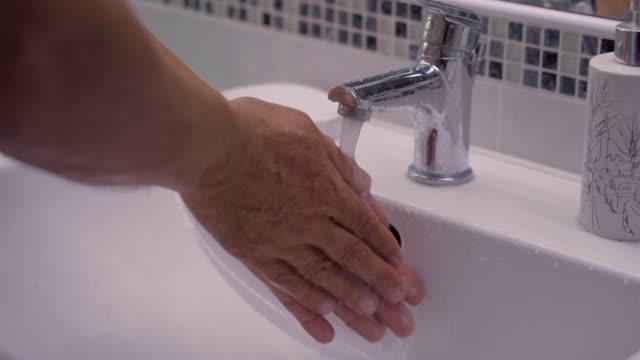 tvätta händerna - washing hands bildbanksvideor och videomaterial från bakom kulisserna