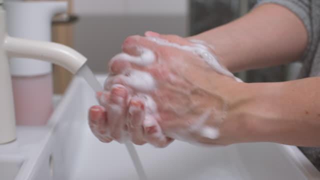 vídeos de stock, filmes e b-roll de lavar as mãos - washing hands
