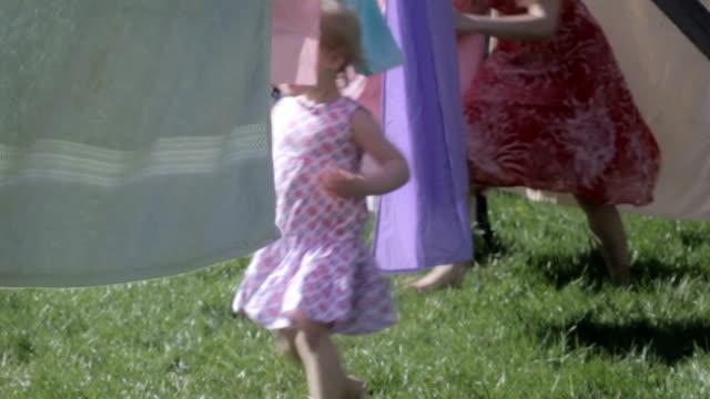 物干しロープファミリー chase - 楽しい 洗濯点の映像素材/bロール
