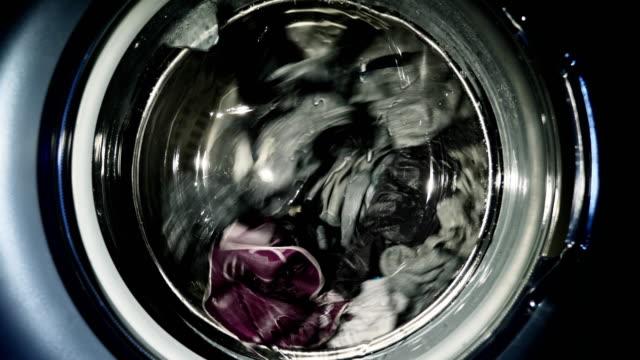 waschmaschine tür mit rotierenden multi farbige kleidungsstücke innerhalb - waschmaschine stock-videos und b-roll-filmmaterial