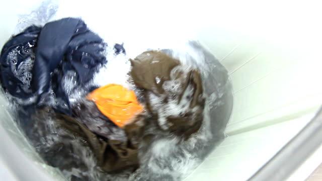 vídeos y material grabado en eventos de stock de está en funcionamiento la máquina de lavado. - top
