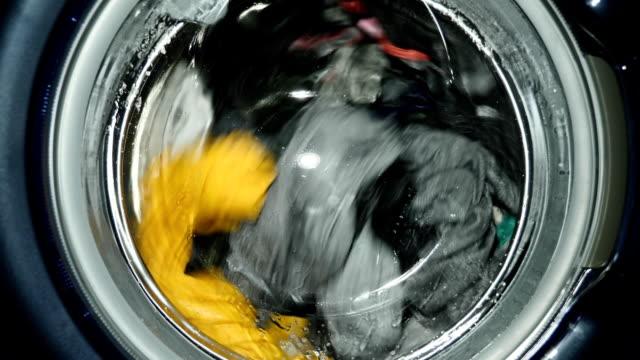 waschmaschine waschungen kleidung - waschmaschine stock-videos und b-roll-filmmaterial