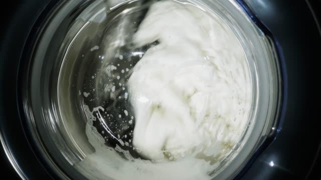 washing machine washes white clothes - pranie filmów i materiałów b-roll