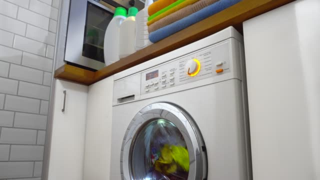 waschmaschine mit wäscherei - waschmaschine stock-videos und b-roll-filmmaterial